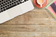 Notizbücher und Kaffee auf Schreibtisch- oder Holztabelle lizenzfreie stockfotos