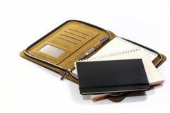Notizbücher und Stift lokalisiert auf weißem Hintergrund Lizenzfreie Stockfotografie