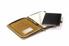 Notizbücher und Stift lokalisiert auf weißem Hintergrund Stockfotografie