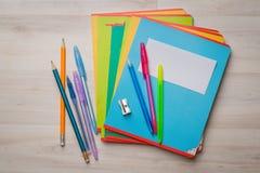 Notizbücher und Stifte Stockfotos