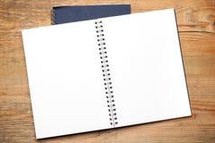 Notizblöcke auf einer Tabelle Stockbilder