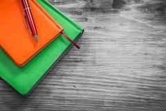 Notizblöcke Biro auf Bürokonzept des hölzernen Brettes lizenzfreie stockbilder