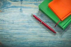 Notizblöcke Biro auf Bildungskonzept des hölzernen Brettes lizenzfreie stockfotografie