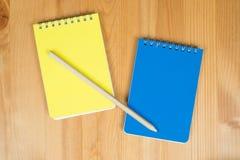 Notizblöcke und Bleistift Stockfoto