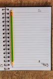 Notizblock auf Holztisch Lizenzfreies Stockbild
