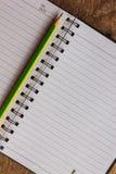 Notizblock auf Holztisch Stockfotografie