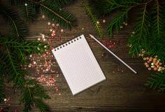 Notizblock, Bleistift, Fichtenzweige, Paillette, neues Jahr Stockbilder