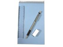 Notizblock, Bleistift, Tabellierprogramm und Gummiband im Aufbau Stockfotografie