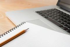 Notizblock-Bleistift und Computer-Laptop Stockbild