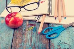 Notizblock, Bleistifte, Scheren, Büroklammern und Gläser Lizenzfreie Stockfotos