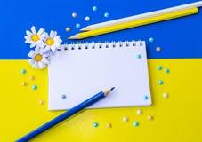 Notizblock, Blumen, Perlen und Bleistifte Stockbild