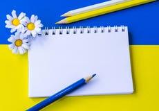 Notizblock, Blumen und Bleistifte Lizenzfreie Stockfotos
