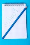 Notizblock für Anmerkungen und bunte Bleistifte auf farbigem Hintergrund Stockfotos
