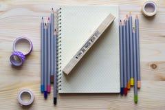 Notizblock für Kreativität und Ideen mit farbigen Bleistiften auf dem Anflehung Stockbild