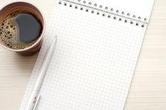 Notizblock f?r Text Weißer Stift, Tasse Kaffee lizenzfreies stockbild