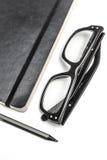 Notizblock, Gläser und Bleistift Lizenzfreie Stockbilder