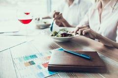 Notizblock im Ledereinband mit Stift auf Tabelle Abstrakter Auslegunghintergrund Stockfoto