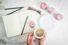 Notizblock, Kuchen und Kaffee, romantisch Stockfotografie