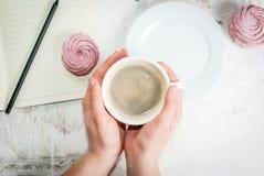 Notizblock, Kuchen und Kaffee, romantisch Lizenzfreies Stockbild
