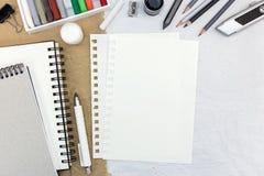 Notizblock, Leerbeleg, verschiedene Bleistifte und farbige Kreiden auf Re Stockbilder