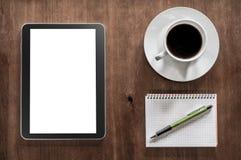 Notizblock mit Bleistift, einem Tablet und Kaffee auf einer Wohnzimmer-Tabelle Lizenzfreies Stockfoto