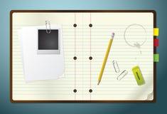 Notizblock mit Bleistift, Radiergummi und Papierklammern Stockbild