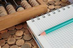Notizblock mit Bleistift und Abakus Stockbilder