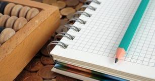 Notizblock mit Bleistift und Abakus Lizenzfreie Stockfotos