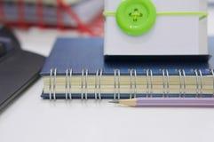 Notizblock mit Bleistift und Bürozubehör auf Tabelle lizenzfreies stockbild