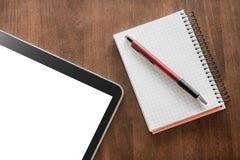 Notizblock mit Bleistift und Tablet auf einer Wohnzimmer-Tabelle Lizenzfreie Stockbilder