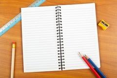 Notizblock mit Briefpapier Lizenzfreie Stockbilder