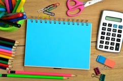 Notizblock mit buntem Bleistift und Taschenrechner Stockfotos