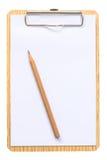 Notizblock mit dem Bleistift lokalisiert auf weißem Hintergrund Lizenzfreie Stockfotos