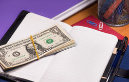 Notizblock mit Dollarbanknoten Stockfoto