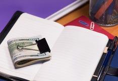 Notizblock mit Dollarbanknoten Lizenzfreie Stockfotos