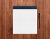 Notizblock mit Feder auf Schreibtisch Lizenzfreie Stockbilder