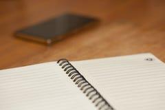 Notizblock mit Frühling auf einem Holztisch lizenzfreies stockbild