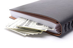 Notizblock mit Geld auf weißem Hintergrund stockbild
