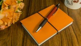 Notizblock mit Kugelschreiber Stockfotografie