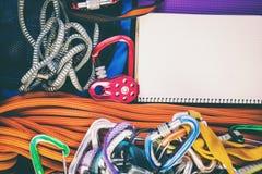 Notizblock, Seil und Karabiner Stockbild