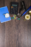 Notizblock, Stift, Taschenrechner und Kompass auf dem Tisch Stockfotografie