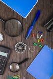 Notizblock, Stift, Taschenrechner und Kompass auf dem Tisch Lizenzfreie Stockfotos