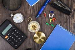 Notizblock, Stift, Taschenrechner und Kompass auf dem Tisch Lizenzfreie Stockbilder