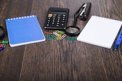 Notizblock, Stift, Taschenrechner und Kompass auf dem Tisch Stockfoto