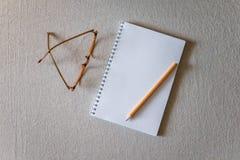 Notizblock und Bleistift Stockfoto