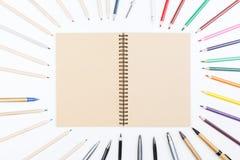 Notizblock und Bleistifte auf dem Desktop Stockbild