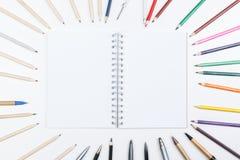 Notizblock und Bleistifte auf Schreibtisch Lizenzfreies Stockbild