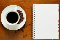 Notizblock und ein Tasse Kaffee Lizenzfreies Stockfoto