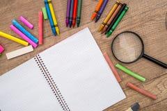 Notizblock und Farbe zeichnen auf einem hölzernen Hintergrund an und setzen für Text Stockbilder