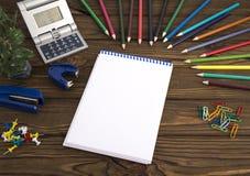 Notizblock und farbige Bleistifte Brandingbriefpapier-Modellszene Stockbild